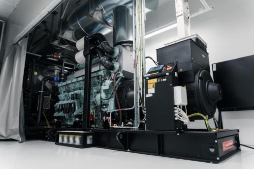 Varavoimakone asennettuna datacenterin varavoimahuoneeseen